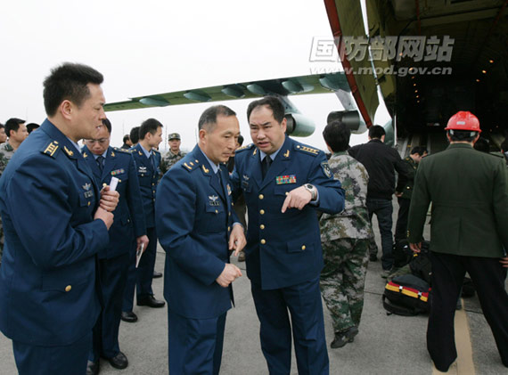 4月14日下午,成都太平寺机场。成都军区空军参谋长丁来杭(中)在现场指挥,调度飞机。刘应华摄