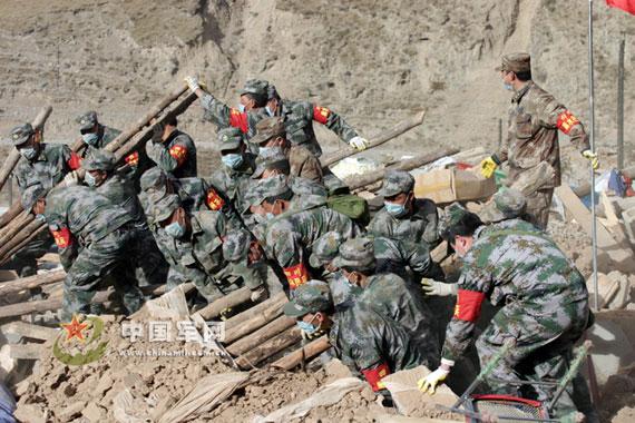 资料图:抗震救灾军人清理垮塌房屋