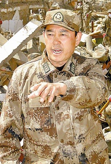 青海省玉树军分区司令员吴勇在救灾现场。本报记者柳军摄
