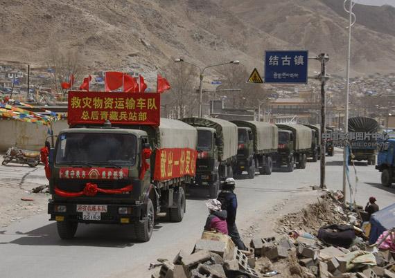 解放军抗震救灾车队到达重灾区结古镇。邹小庆摄影