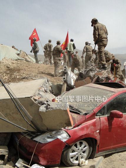 解放军、武警救灾部队克服高寒缺氧等苦难寻找生命迹象。记者柳军摄