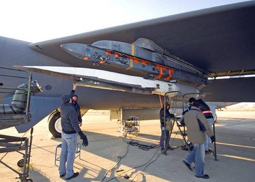 加挂在B-52轰炸机机翼下的X-51高超音速飞行器。