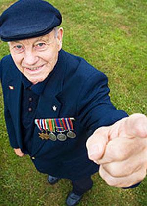 现年87岁的英国老兵罗伯特说,他至今还能清楚地回忆起拍摄这张照片时的情景有多么搞笑,以至于严重破坏了本应非常沉重的受降气氛,他的战友和其他俘虏都大笑不止。