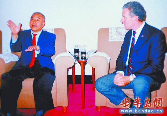 高翔空中拼刺刀俘获美军飞行员,1989年,这对空中对手在上海见面,后来成了朋友。