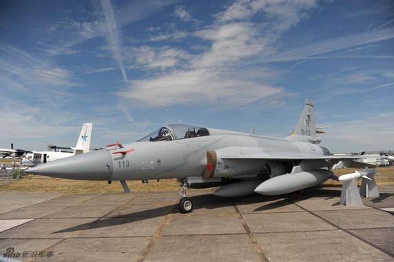 范堡罗航展上静态展示的枭龙战机摄影:苏雨农未经许可,不得转载