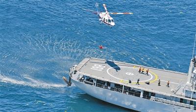 直升机向救生舰后送伤员。本报特约记者王松岐摄