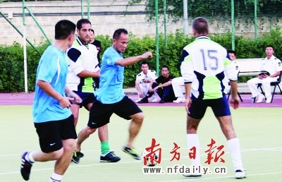 escort soldiers and sailors learn the Italian ball game . Nanfang Daily correspondent has strong photo