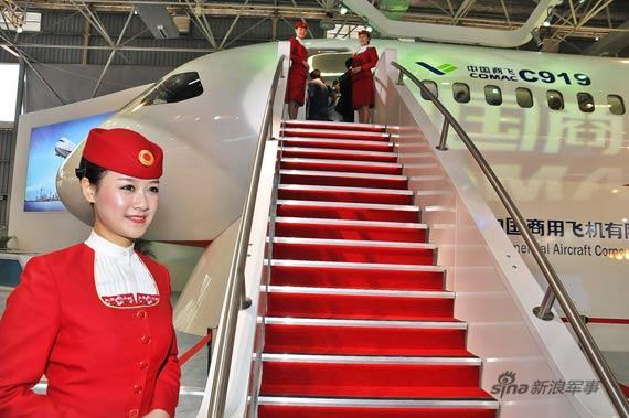 """2010年11月15日,珠海,备受国内外关注的中国国产大型客机C919的1:1展示样机在""""2010年中国国际航空航天博览会(珠海航展)""""上首次展出。新浪特约摄影:冰凉"""