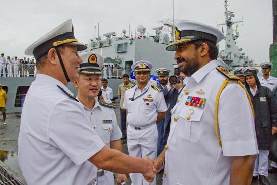 斯里兰卡海军少将维杰古纳拉特纳欢迎中国南海舰队参谋长魏学义少将 新华社记者陈占杰摄