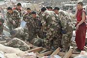 武警在藏族灾民房屋废墟中施救