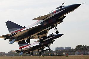 八一飞行队歼十表演机换新涂装进行训练