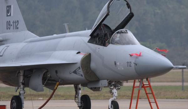 巴基斯坦空军地勤人员为枭龙战机上蒙布