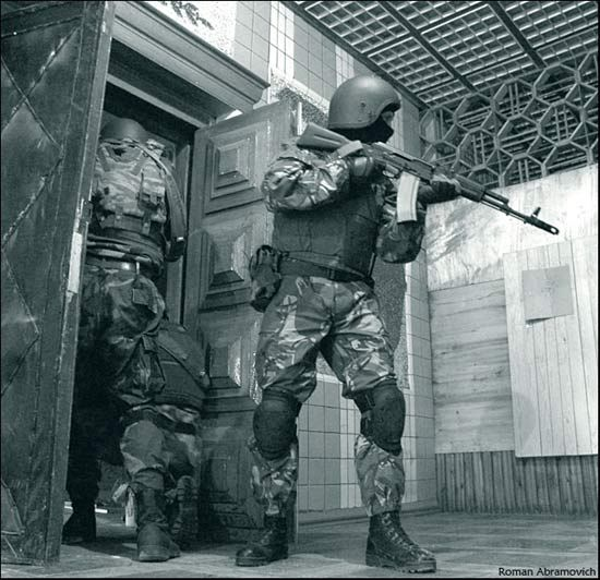 俄罗斯人认为,AK-47及其衍生品完美的与俄军队契合。图为使用AK-74M步枪的俄特种兵