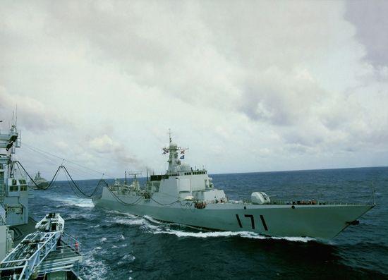 资料图:中国海军052C级171号中华神盾舰海上补给