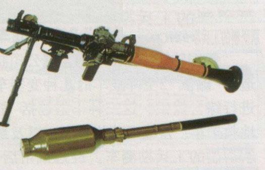 解放军装备的69式40毫米火箭筒与新型WPF2004火箭弹。