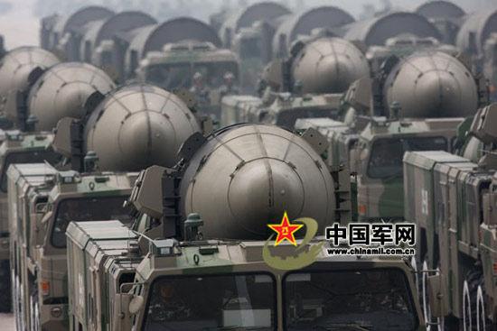 解放军二炮部队装备的东风-21C中程弹道导弹群。