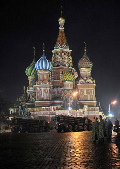 5月3日,俄罗斯士兵在莫斯科红场参加阅兵式彩排。5月9日,俄罗斯将在红场举行阅兵纪念卫国战争胜利66周年。新华社记者刘力航摄