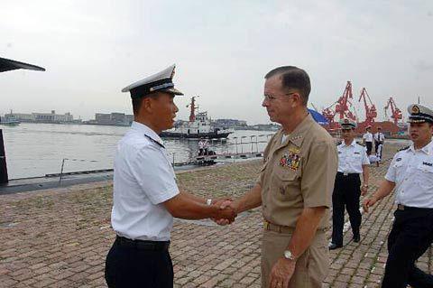 美军参联会主席马伦和中国海军军官握手。