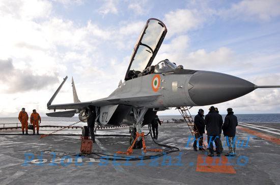 资料图:俄罗斯为印度生产的米格-29KUB舰载机在库兹涅佐夫号航母测试。