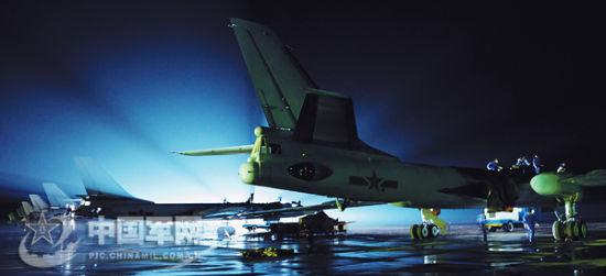 广空轰-6战机搭载新型导弹首次进行海上打靶