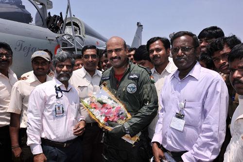 资料图:印度LCA LSP-4号小批量生产型首飞成功,印度工程技术人员向首飞试飞员献花。