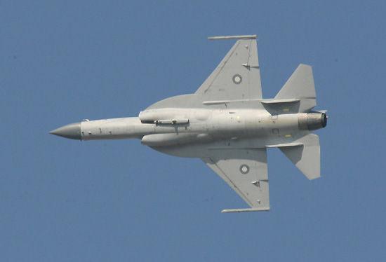 巴基斯坦飞行员驾驶的JF-17枭龙战斗机进行飞行表演。新华社记者安江摄