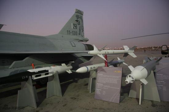 中巴联合研制生产的枭龙战机进行静态武器展示
