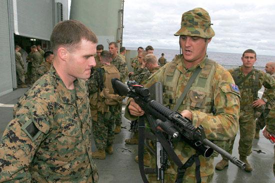 资料图:美国士兵和澳大利亚士兵在联合军演期间探交流武器使用经验