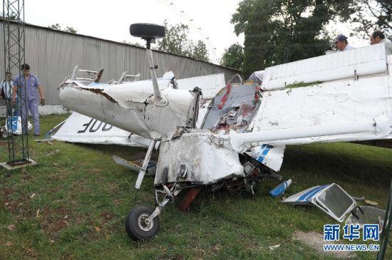 新华网布宜诺斯艾利斯11月21日电(记者冯俊扬宋洁云)阿根廷两架轻型飞机21日在布宜诺斯艾利斯省梅塞德斯市上空相撞,造成其中一架轻型飞机坠毁,机上两人死亡。   这起空中事故发生在梅塞德斯航空俱乐部附近。航空俱乐部负责人爱德华多博洛尼说,当时阿根廷国家民航学院的一架风笛手型训练飞机正从空中下降,准备在航空俱乐部的跑道上降落,不料在空中撞上了一架当时正也在训练的塞斯纳152型螺旋桨飞机。   博洛尼说,风笛手训练飞机遭撞击后仍然成功降落,机上飞行员安然无恙;但是塞斯纳152型螺旋桨飞机则
