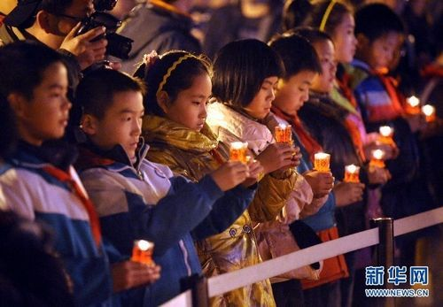 12 12, primary school students on behalf of the Nanjing Massacre as candlelight vigils.. Jpg