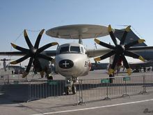美军在迪拜航展现场展示E-2C鹰眼预警机