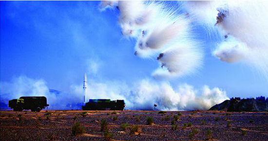 解放军二炮部队导弹阵地附近发射干扰弹迷惑敌方。夏寒冬摄影