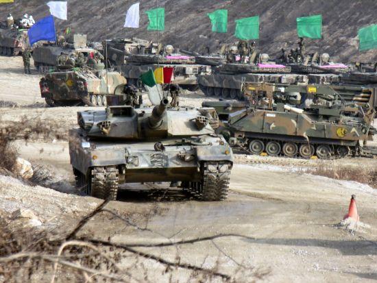 资料图:韩国制造的K1A1主战坦克正在演习中。