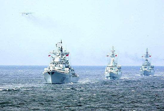 资料图:2005年中俄军演中,中国水面舰艇编队接受检阅。