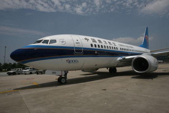 全新737-700型飞机降落在广州白云机场 林宇定摄