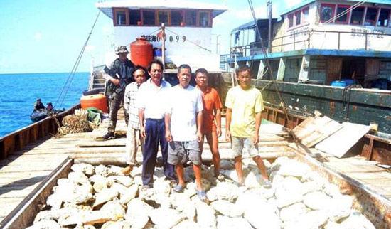 资料图:菲律宾海军在黄岩岛海域持枪欲抓中国渔民