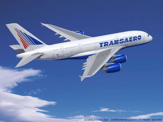 新浪航空讯 俄罗斯第二大航空公司洲际航空公司(Transaero Airlines)日前与空中客车公司签订购机协议,确认订购4架空客A380飞机。由此,洲际航空公司成为俄罗斯首家空客A380飞机客户,同时也是独联体和东欧地区首家订购A380飞机的航空公司。购机协议是由洲际航空首席执行官Olga Pleshakova和空中客车公司负责欧洲和亚太地区业务的执行副总裁Christopher Buckley在今天开幕的圣彼得堡国际经济论坛上签署的。这是对双方于2011年10月签署的订购4架A380飞机的谅解备