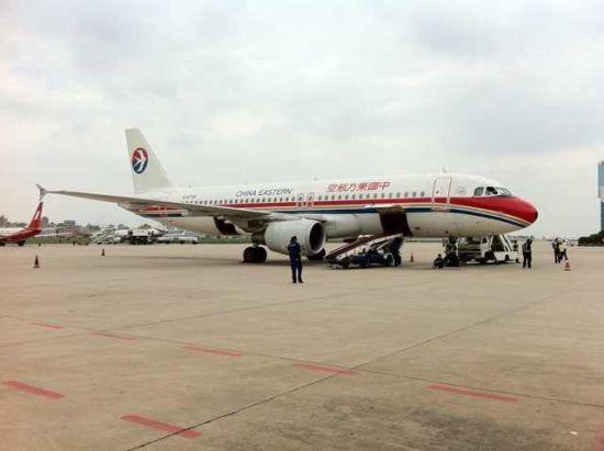 图为东航客机停在巫家坝机场。巫家坝机场今晚22时将不接受航班进港。