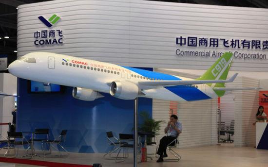 资料图:在航展上亮相的C-919大飞机模型。
