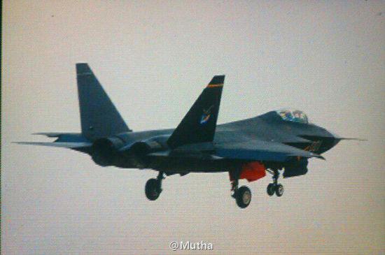 试飞当天歼-31战斗机机尾