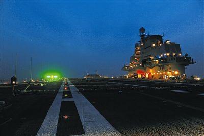 夜色中的辽宁舰甲板