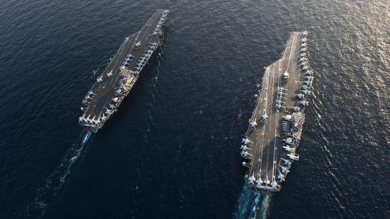 林肯号和斯坦尼斯号编队航行