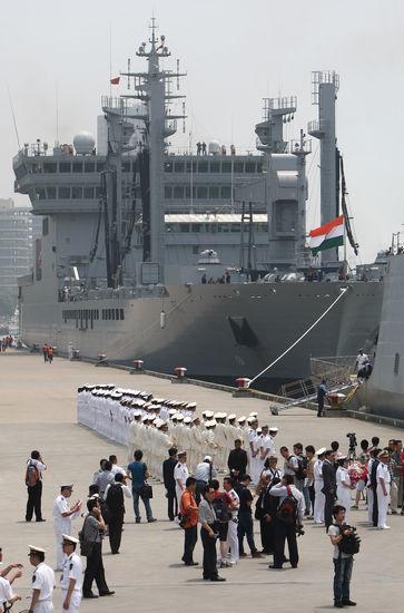 """今年6月,由印度海军""""拉纳""""号导弹驱逐舰、""""什瓦利克""""号导弹护卫舰、""""卡穆克""""号轻型护卫舰和""""沙克蒂""""号补给舰组成的舰艇编队访问上海。"""