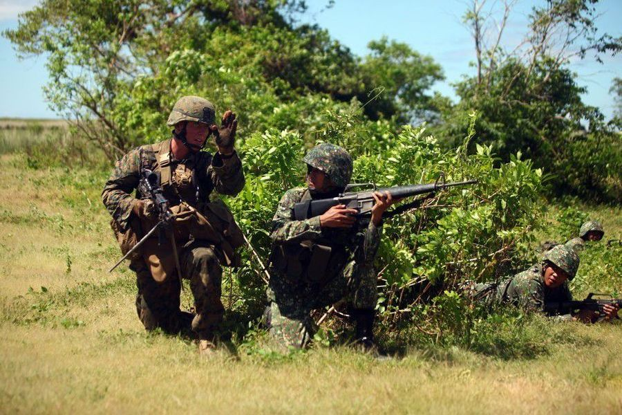 美菲两国海军陆战队士兵进行联合演习