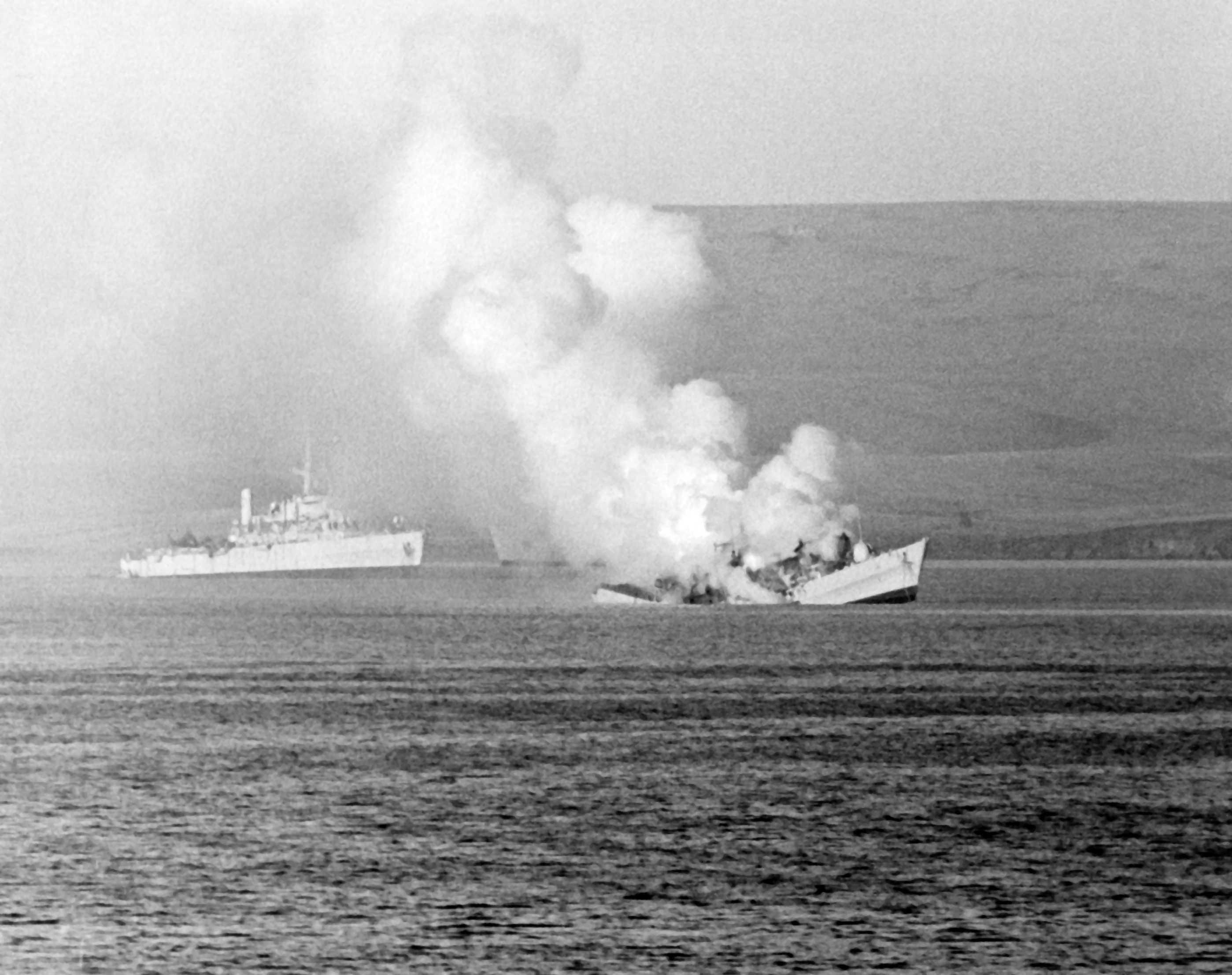 5月23日, 英军羚羊号护卫舰被阿根廷A-4Q天鹰战机投放的2枚航弹击中,随后沉没。其铝质舰体在熔化时与海水接触释放出大量蒸汽。