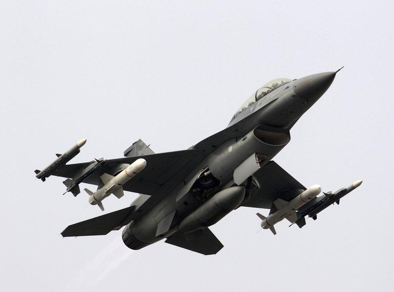 F-16战机挂载的2枚反舰导弹则采用抛射发射方式