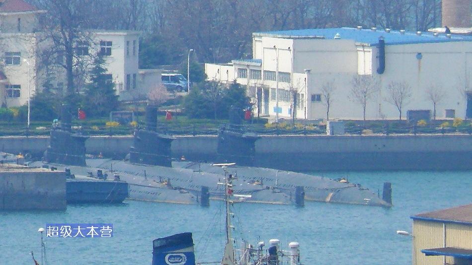 中方舰艇在军港内整装待发