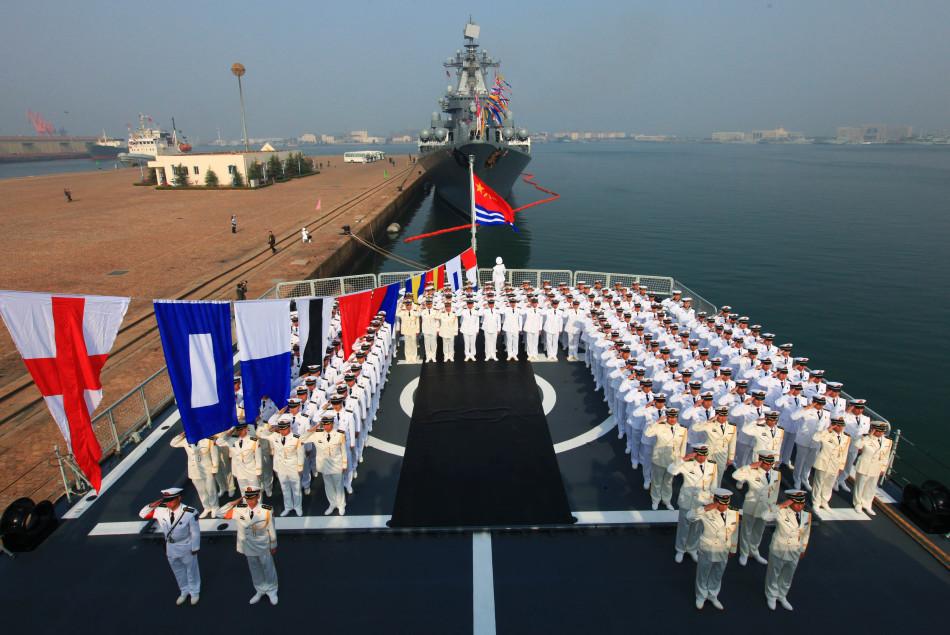 中国海军舰艇悬挂满旗举行升旗仪式