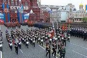 俄胜利日阅兵鼓乐队与旗帜方阵进入红场