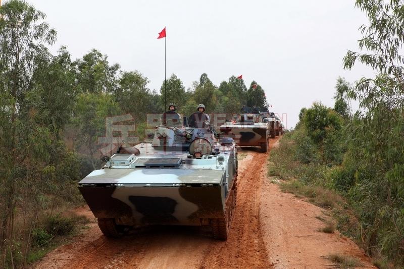 陆上行进的国产05式两栖战车